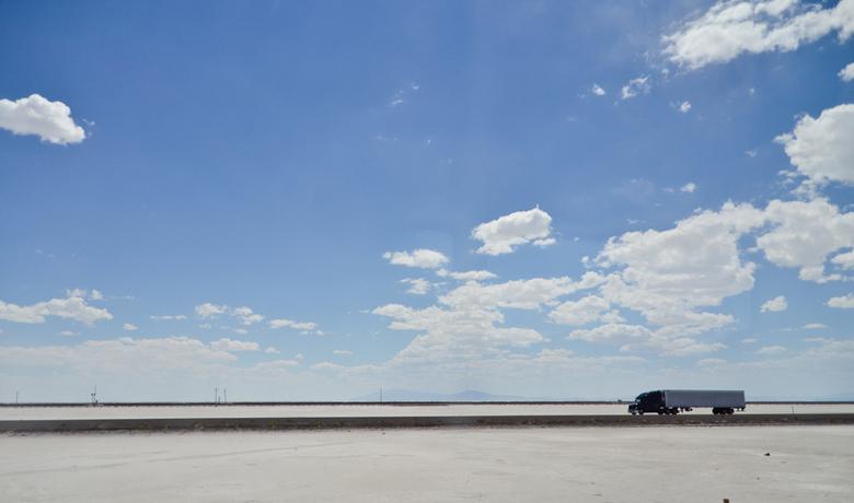 Niets om je heen - Ik was op weg van Salt Lake City naar Sacramento over deze uitgestrekte zoutvlakte. Deze truck is 1 van de weinige voertuigen die i