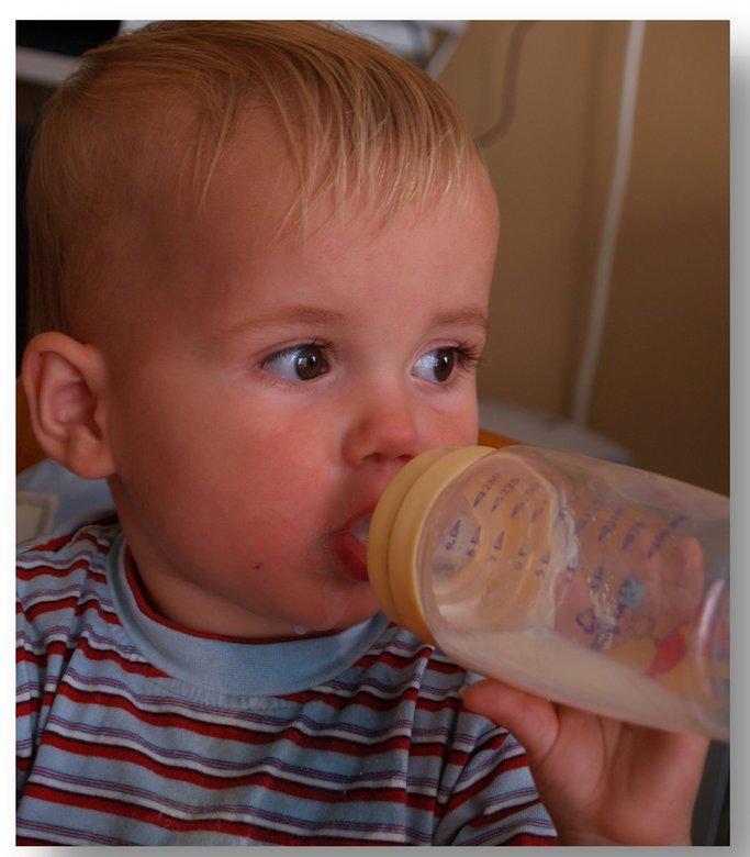 Ik en mijn fles...... - Mijn zoontje is hier erg moe... maar zijn flesje moet ie hebben anders wil ie niet slapen.....