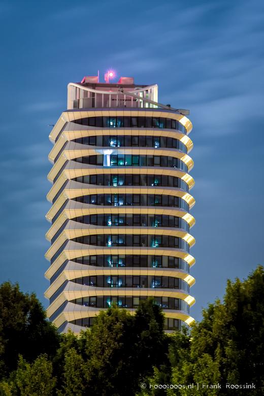 DUO-gebouw Groningen bij nacht - Als je dan toch niet kan slapen, kan je ook gebruik maken van het mooie maanlicht.