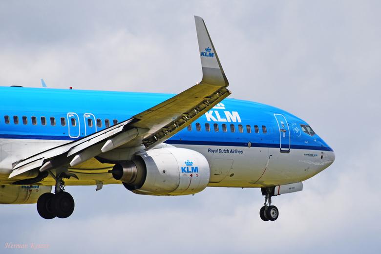 Seconds before touchdown - KLM Boeing 737-8K2(WL) PH-BXK kort voor de landing op de Aalsmeerbaan.
