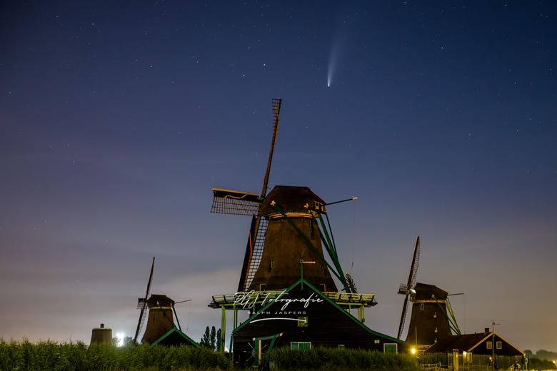 NEOWISE boven molens - Komeet Neowise boven de Zaanse Schans