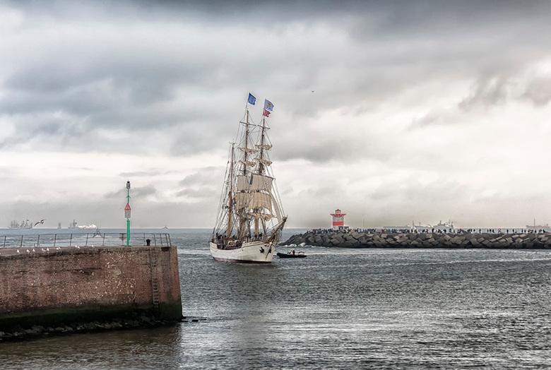 Liberty Tall Ships Regatta - De Nederlandse Driemaster Europa komt de haven binnenvaren. Ook een prachtig Tall Ship. <br /> <br /> Iedereen bedankt