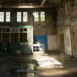 Verval in fabriekshal