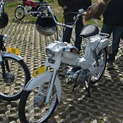Een witte Puch VS50 bromfiets.
