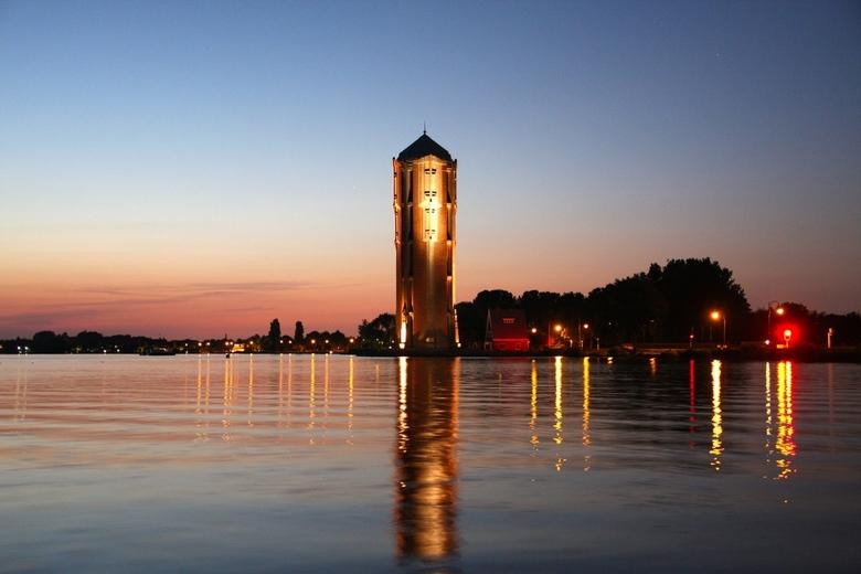 watertoren op een zomer nacht  - de water toren leent zich prima voor het maken van foto's deze foto is gemaakt om half 12 nachts