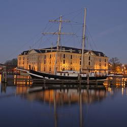 scheepvaart museum bij avond met schip