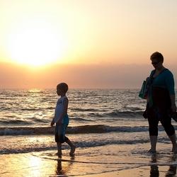 Strandwandeling bij zonsondergang