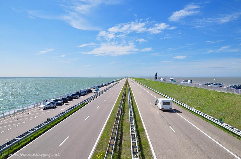 Afsluitdijk - Onderweg naar de kust hebben we even een tussenstop gemaakt op de Afsluitdijk, ter hoogte van het monument. Deze foto is genomen vanaf d