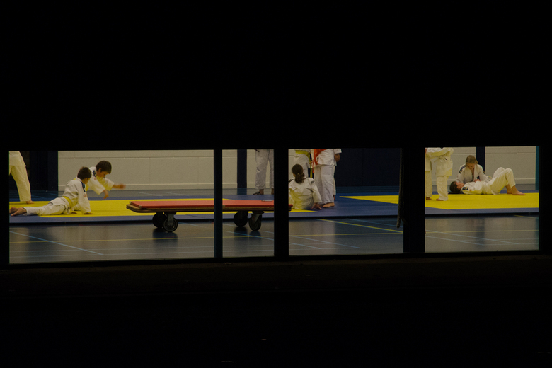 red-yellow-blue.jpg - Who&#039;se afraid of red, yellow and blue.<br /> Judolessen in de sportzaal in de avond.