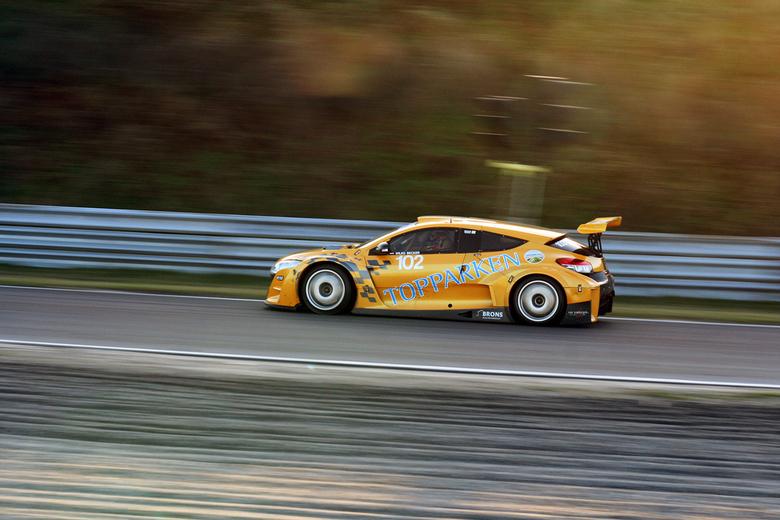 Nieuwjaarsrace Zandvoort - De Renault Megane van Wilko Becker tegen de zon in genomen zorgt voor een mooi warm sfeerplaatje toen het nog licht was tij