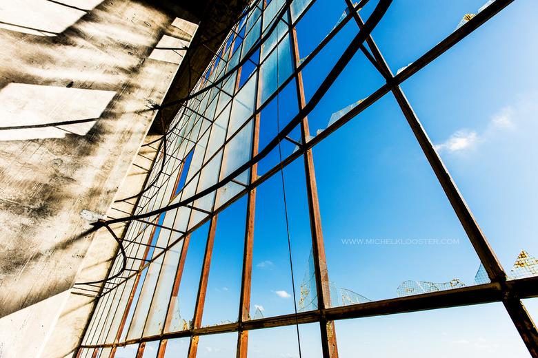 Window to Singularity - Gemaakt tijdens mijn trip in Italië. Dit was een groot verlaten gebouw die we zagen tijdens onze verplaatsing van hotels.