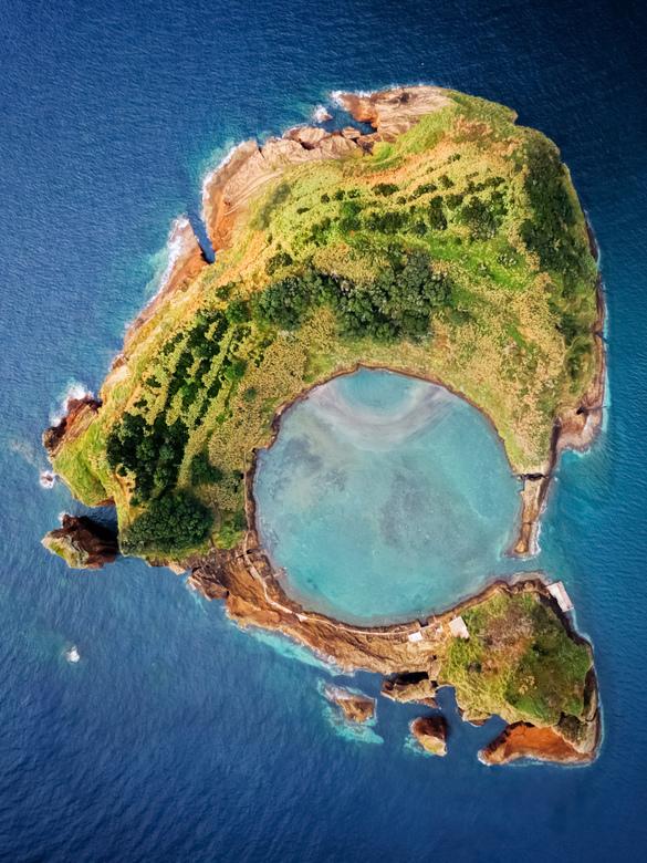 Fotogeniek eilandje - Misschien wel een van de bekendste kraters van de Azoren en tegelijkertijd een prachtige locatie voor dronefotografie.