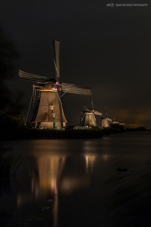 Kinderdijk in the spotlights - De molens in Kinderdijk waren weer prachtig verlicht afgelopen week. Juist de regen en wind gaven er een extra tint aan