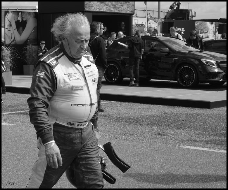 Ik stop ermee, dit pik ik niet, ik laat me niet de grijze man in die veel te kleine race overal noemen !!!!