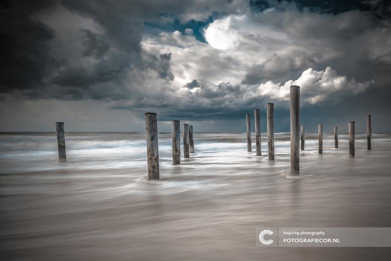 Hollandse kusten - De wolken, de zee, de locatie, ze lijken allemaal bij elkaar te komen op deze bijzondere locatie langs de kust bij Petten. laat maa