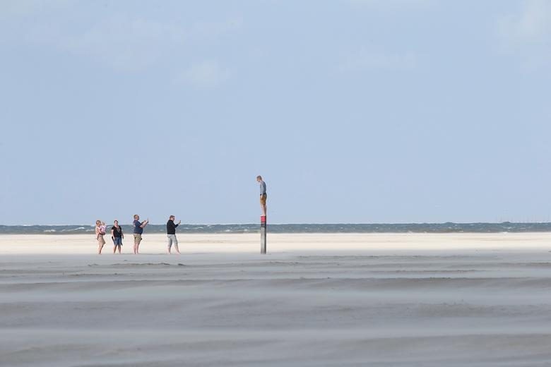 Genieten op Texel - Op Texel genieten met het hele gezin. Samen op vakantie en om beurten op de paal staan om vervolgens in rij een foto te maken met