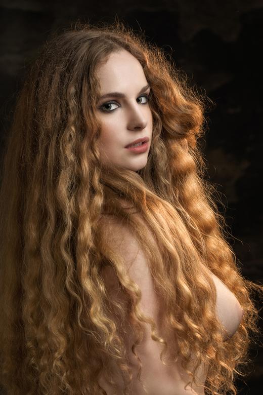 golden hair - model Jezebelle