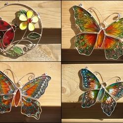 Drie vlinders en een bloem.