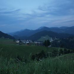 Sloveens bergdorp in de avond