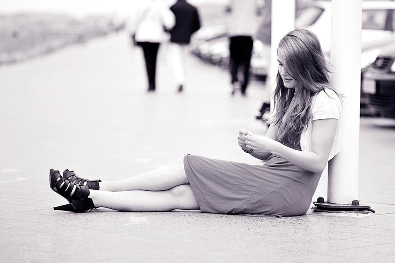 Dromend - Danielle op de boulevard van het strand, dromend wat er achter de duinen zich bevindt