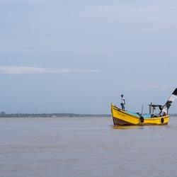 Surinaams vissersbootje op de Comnewijne-rivier