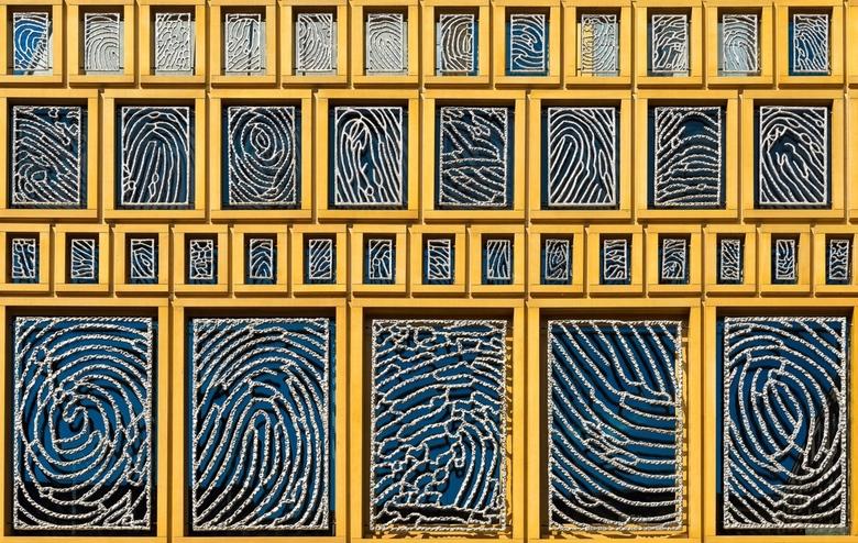 Fingerprints - De gevel van het gemeentehuis van Deventer is voorzien van de vingerafdrukken van 2264 inwoners van Deventer.