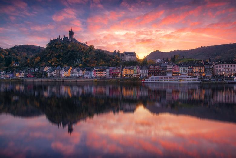 Reflections of Cochem - &#039;Reflections of Cochem&#039;<br /> <br /> Het prachtige historische dorpje Cochem aan de Moesel in Duitsland. Met de pr