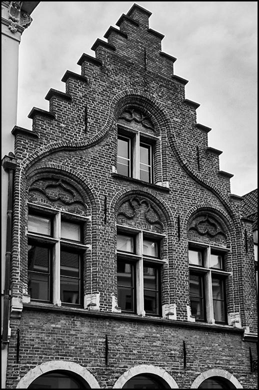 Brugge 05 - Wanneer ik langs oude historische panden loop, probeer ik voldoende tijd te nemen om het gebouw te bekijken om zo te zien wat voor moois e