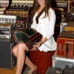 Nikki met een bandoneon