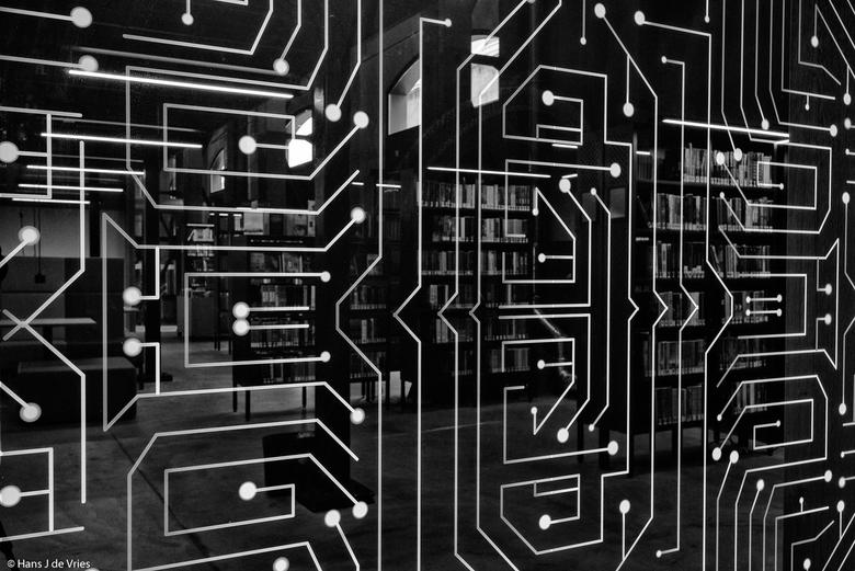 hansjdevries-LocHal Tilburg_085 - Gezien in de LocHal (Tilburg) en scheidingswand in de vorm van een printplaat, mysterieus half doorzichtig.