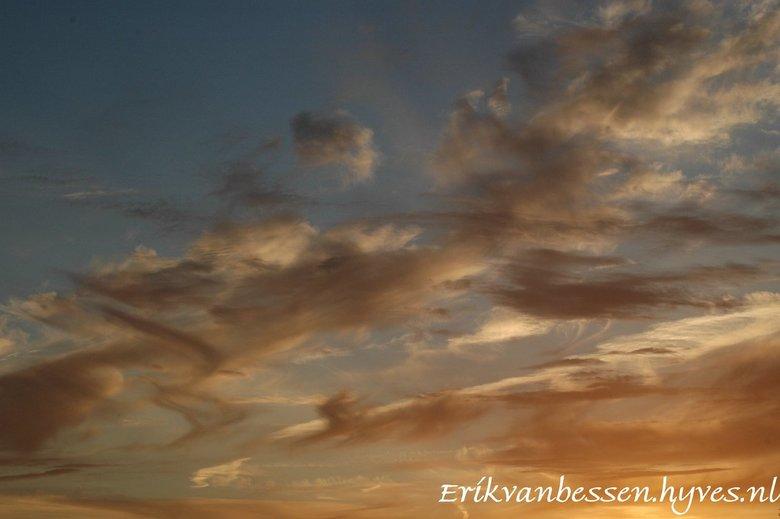 van gogh in t rood - elke seconde is de lucht weer MOOI en anders, net een schilderij