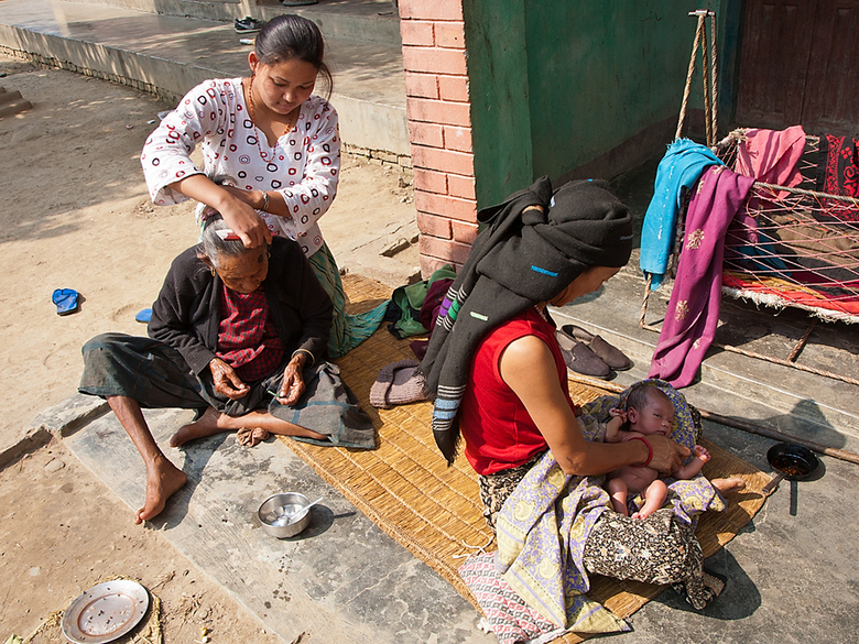 Lichaamsverzorging - Lichaamsverzorging voor jong en oud! Gewoon zo langs de weg! Gezien in Nepal