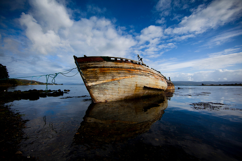 Wrak - Tijdens mijn vakantie kwam ik al rijdend langs de kust van Schotland deze oude boten tegen, of zal ik het al wrakken noemen? Het weer en de tij