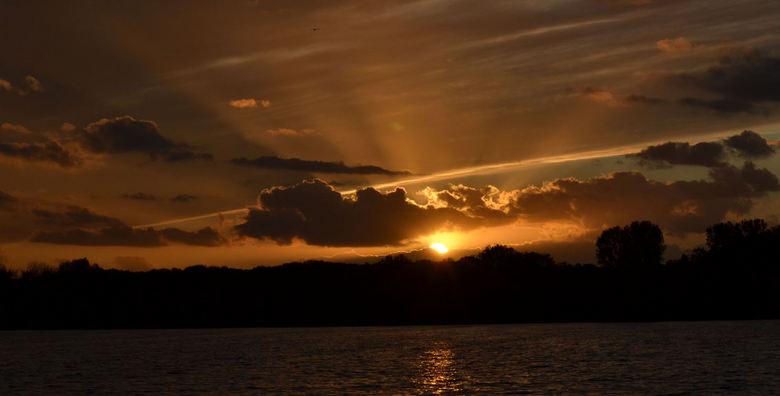 De avond valt... - en de rust keert weer op het water.