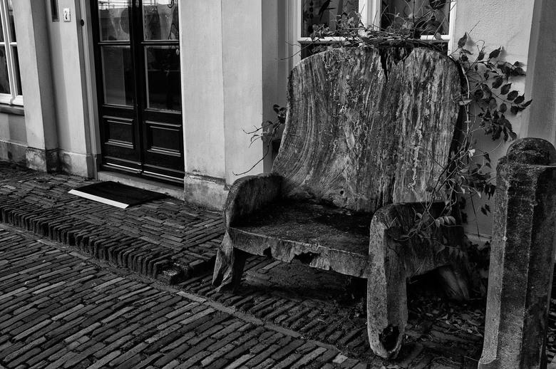 stoel hout wijkbijduursteden - deze stoel is uit 1 stuk hout gemaakt stond voor een raam in wijk bij duursteden