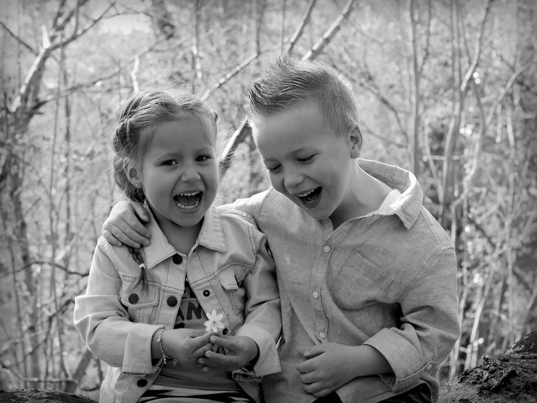 Happy together - Wat een avonturen beleven dit neefje en nichtje met elkaar en ze hebben zo'n plezier!