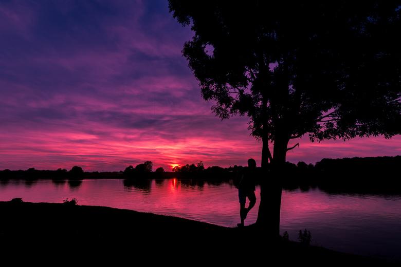 Silhouette  sunset - Een mooie silhouette aan de Maas met een gekleurde lucht