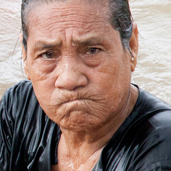 Faces of Cambodja -34- vrouw in water