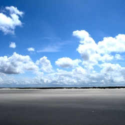 Strandlandschap met diepblauwe lucht