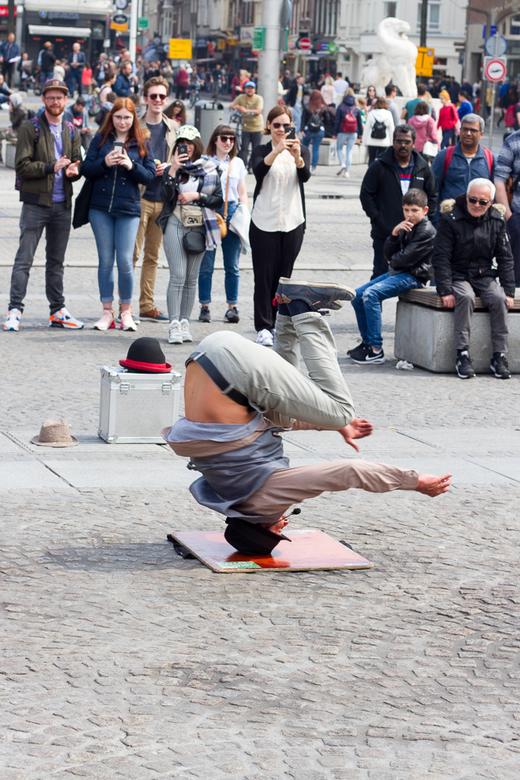 Draaien - Nog een foto van de dam in Amsterdam, hier een artiest die voor geld rondjes draait op zijn hoofd.