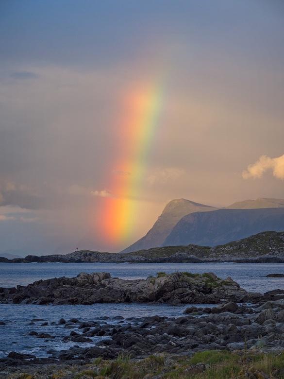 Regenboog op het eiland Runde (Noorwegen)