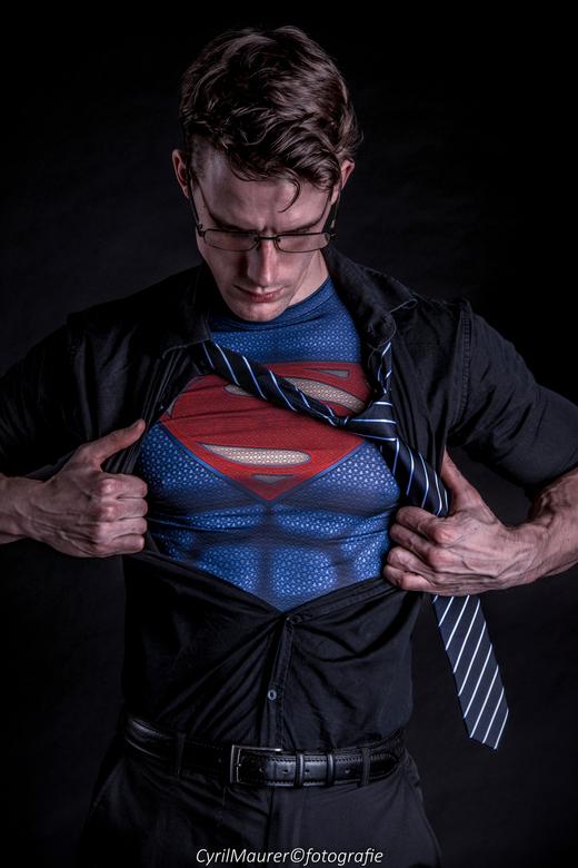 Clark - Clark ( superman)<br /> <br /> Model : Ronald Cage<br /> Forograaf : Cyril Maurer<br /> In samenwerking met : Jan slotboom