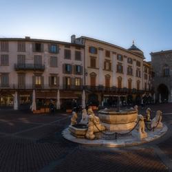 Laatste zon op de Piazza Vecchia