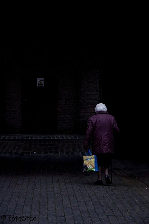 waarheen?? - oude vrouw loopt eenzaam op straat