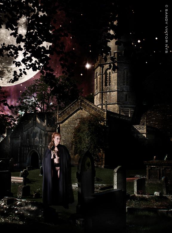 De kelk - Achtergrond: Kerk van Aldheim Doultry, UK, Model : Linda