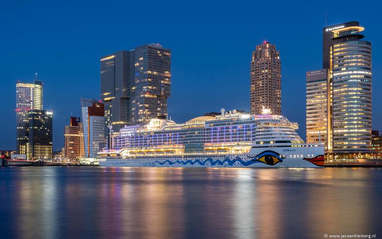Cruiseschip Rotterdam  - Het komt niet vaak voor dat er een cruiseschip gedurende de nacht aangemeerd blijft liggen. Ik vond het een mooie gelegenheid