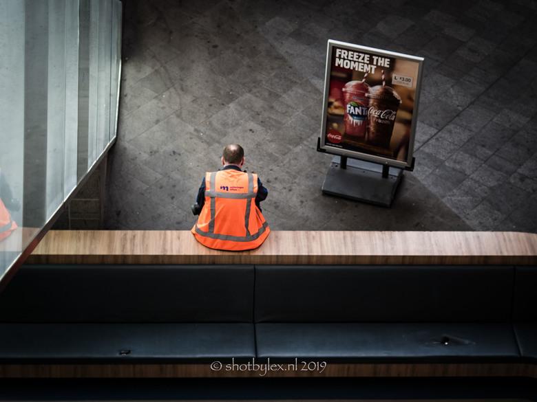 Read the sign - Meestal werk ik bij straatfoto's in zwart, maar deze keer vond ik kleur ook wel kunnen.
