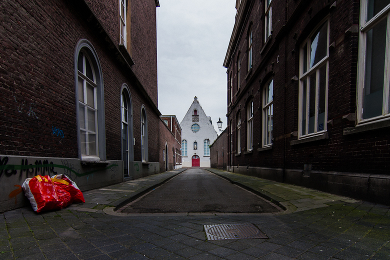 rood - Straatje in Maastricht.