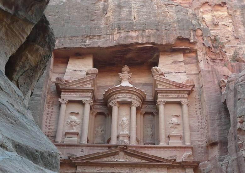 Al Khazneh in Raqmu / Schatkamer in Petra - Indrukwekkende wandeling door de kloof, om vervolgens uit te komen in de verborgen stad Petra. Het eerste
