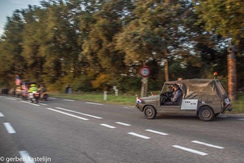 als laatste op weg naar Arnhem - laatste auto van 75 jaar oparation margret garden herdenkings rit